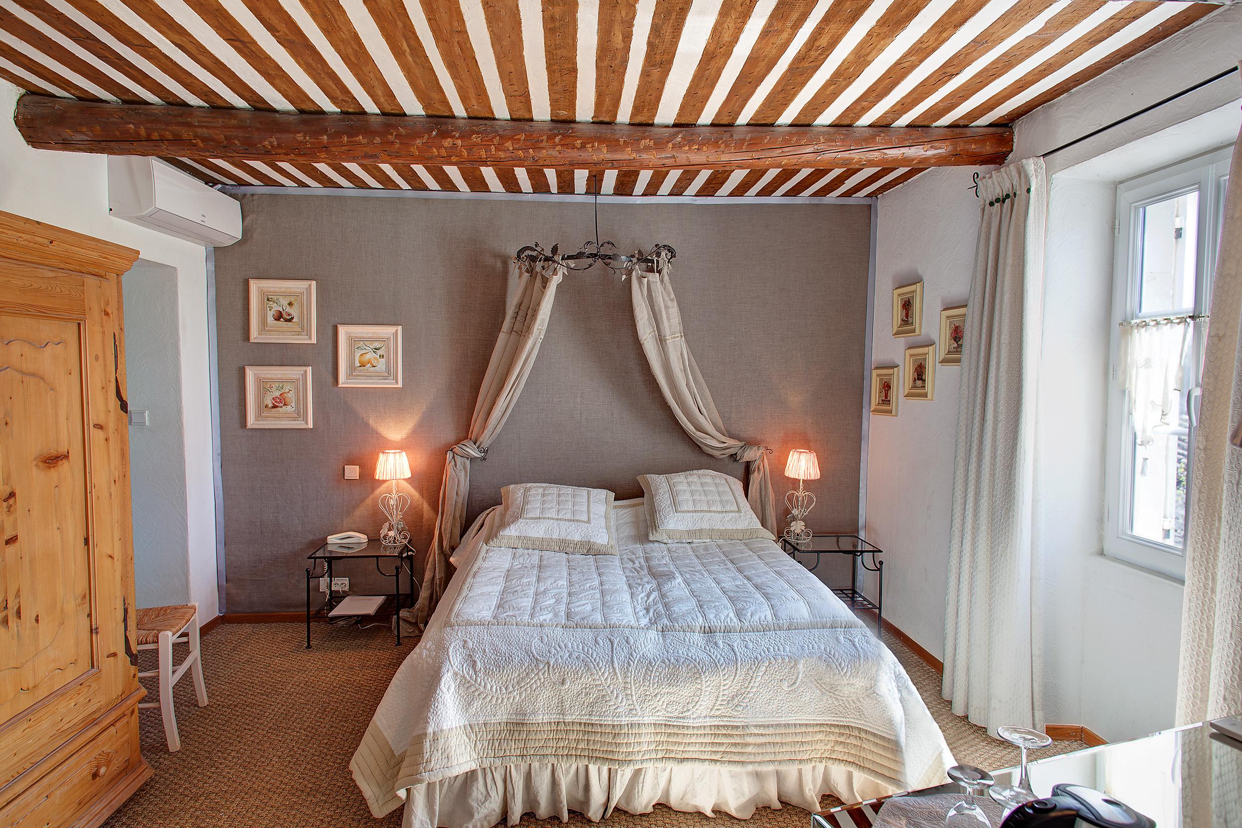 Location de chambres d 39 h tes en provence le mas du grand for Chambre d hotes salon de provence